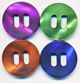 Runder Knopf aus Kunststoff, Perlmuttoptik mit Schlitzen, ca.25mm Ø, von Union Knopf